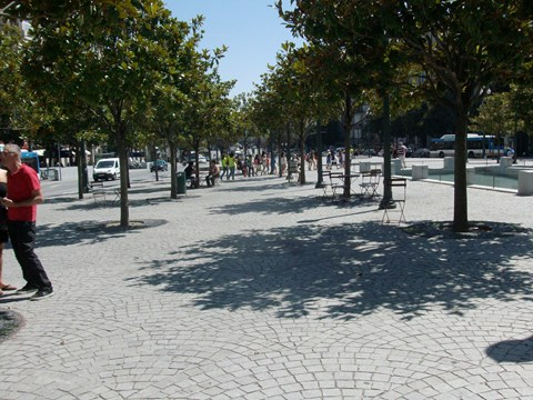 Photography on the central promenade of Aliados Avenue showing the alignment of the urban furniture