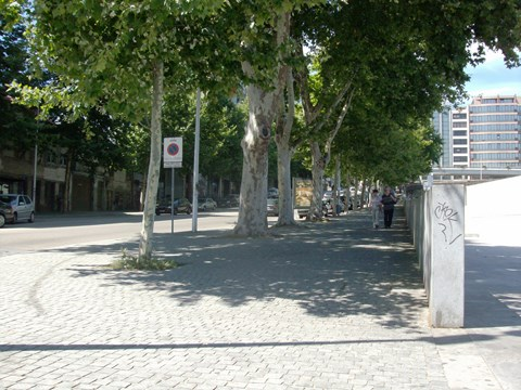 Photography showing the accessible pedestrian path adjacent to the Metro Station Trindade