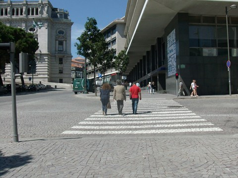 Photography of the downgraded pedestrian crossing on the access to Office Support Citizen of Porto City Council