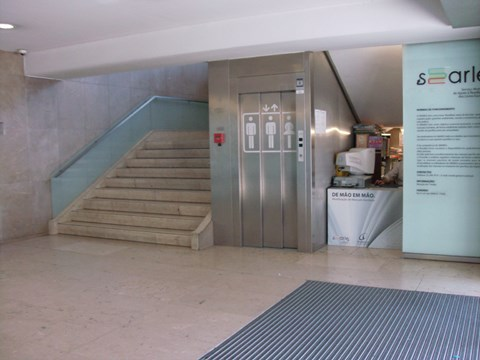 Photography of the lift access to Citizens' Support Office of Porto City Council