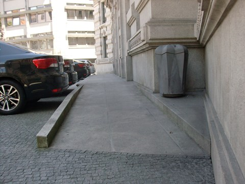 Photograph of the accessible entrance to Porto City Hall