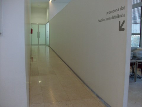 Photography of the ramp access at the entrance of the Municipal Ombudsoffice of Porto City Council